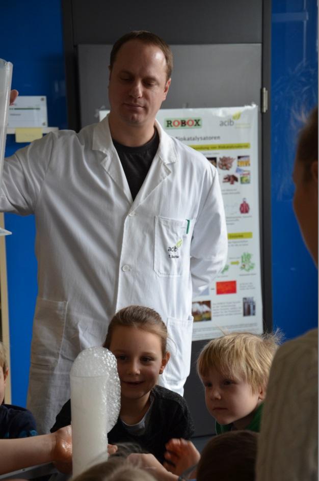 Kindergarten kids with Thorsten Bachler